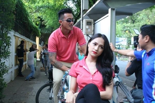 Với bạn trai của Hương Giang Idol, anh luôn sẵn lòng đạp xe xích lô đưa bạn gái đi dạo khi cô muốn. - Tin sao Viet - Tin tuc sao Viet - Scandal sao Viet - Tin tuc cua Sao - Tin cua Sao