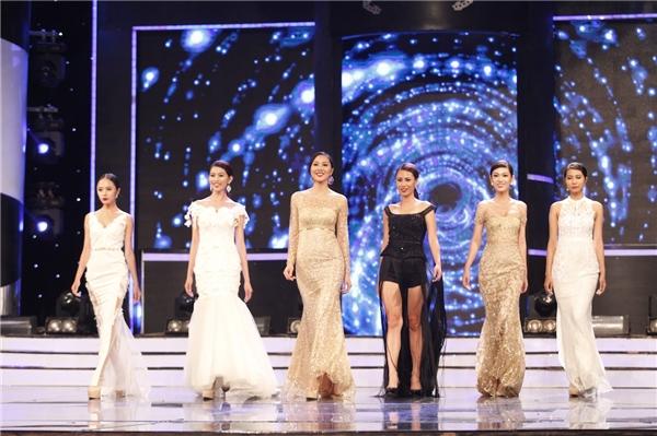 Các thí sinh trong phần trình diễn mở màn.