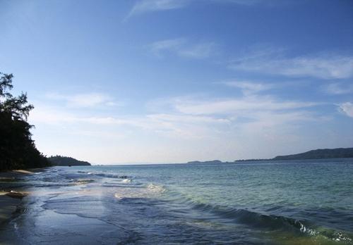 Sóng biển Cô Tô rất nhẹ, tựa như nước hồ. (Ảnh: Internet)