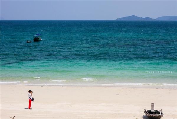 Bên cạnh đó là những bãi biển xanh thẳm không thấy giới hạn. (Ảnh: Internet)