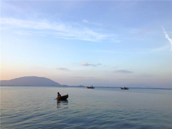 Biển Điệp Sơn vô cùng lặng sóng, trong xanh và tinh khiết. (Ảnh: Thùy Linh)