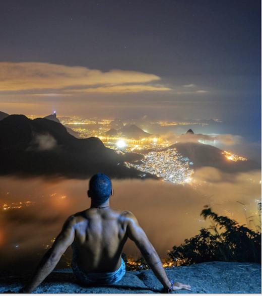 Điểm hấp dẫn và đặc biệt thu hút khách du lịch ở mỏm núi này là vị trí nhô ra ngoài khá dốc nhưng mang lại một tầm nhìn cực thoáng và đẹp.(Ảnh: Internet)
