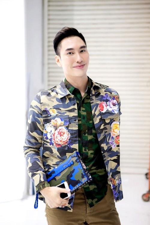 Khuôn mặt của nhà thiết kế Lý Quí Khánhvới sắc son hồng phấn đậm.