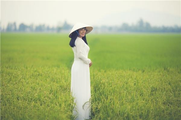 Hà Hồ đẹp không góc chết, Phương Thanh diện áo dài hái hoa súng