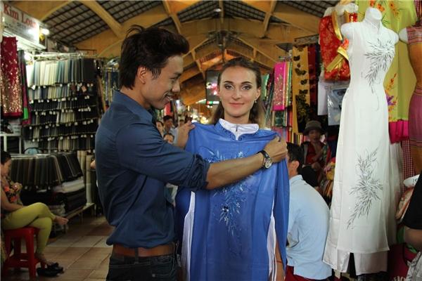 Tại chợ Bến Thành, Dương Quốc Hưng đã chọn và tặng cho Sveta một chiếc áo dài sau đó tiếp tục dắt người đẹp dạo phố cùng mình. - Tin sao Viet - Tin tuc sao Viet - Scandal sao Viet - Tin tuc cua Sao - Tin cua Sao