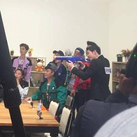 """Nam dễn viên xứ Hàn trổ tài bắn súng """"bách phát bách trúng"""" như Yoo Shi Jin"""