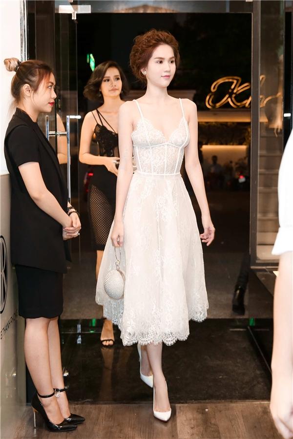 Ngọc Trinh xuất hiện xinh đẹp như một nàng công chúa trong chiếc đầm trắng thuộc bộ sưu tập ren đối xứng của nhà thiết kế Chung Thanh Phong. - Tin sao Viet - Tin tuc sao Viet - Scandal sao Viet - Tin tuc cua Sao - Tin cua Sao