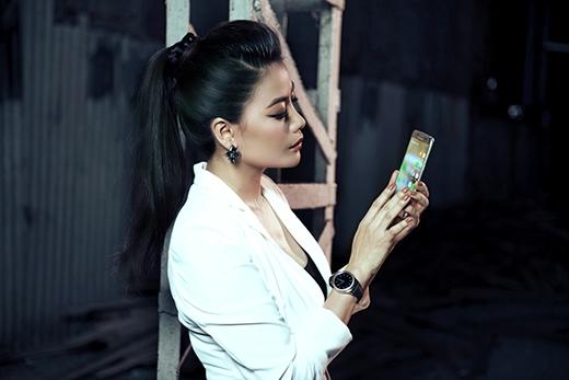 """Ngay cả ở những cảnh quay buổi đêm hay các phân đoạn rượt đuổi gây cấn, camera trên Samsung Galaxy S7 edge đều có thể ghi lại rõ nét từng khung hình để làm tư liệu giúp Trương Ngọc Ánh tự đánh giá sau mỗi phần diễn xuất. Nhờ đó, góp phần mang đến một Thiếu tá Nguyễn An An mạnh mẽ, đầy cuốn hút trên màn ảnh """"Truy sát"""". - Tin sao Viet - Tin tuc sao Viet - Scandal sao Viet - Tin tuc cua Sao - Tin cua Sao"""