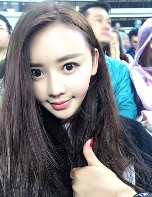 Tử Hà giống Angelababy từ đường nét khuôn mặt, mắt, miệng, kiểu tóc đến cách tạo dáng selfie. (Ảnh: Internet)
