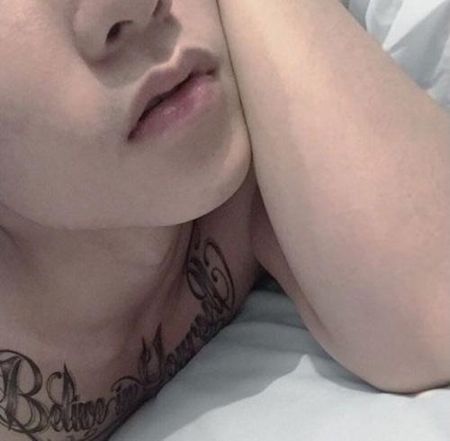 Hình xăm mới nhất trên ngực của Sơn Tùng M-TP. - Tin sao Viet - Tin tuc sao Viet - Scandal sao Viet - Tin tuc cua Sao - Tin cua Sao