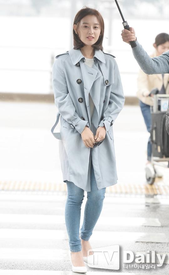 Kim Ji Won bối rối vì nhiều người nhận ra tại sân bay