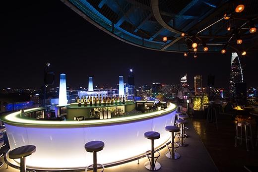Thiết kế độc đáo và sang trọng là một trong những yếu tốthu hút nhất củaAir 360 Sky Bar, đặc biệt là khi nơi đâyđược thắp sáng bởi hàng trăm ánh đèn lung linh lúc về đêm.