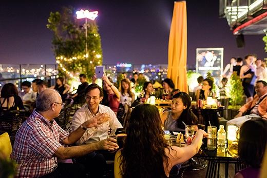 ...hay nhóm bạn bè ngắm nhìntrọn vẹn những công trình cổ đẹp nhất của Sài Gòn như chợ Bến Thành, Nhà hát thành phố, Bến Bạch Đằng bình yên hay tòa nhàBitexco tráng lệ.