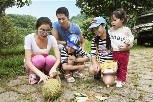 Biết đâu may mắn như gia đình này, trong lúc lang thang tham quan bạn sẽ bắt gặp được một quả Sầu Riêng chín thơm lừng.