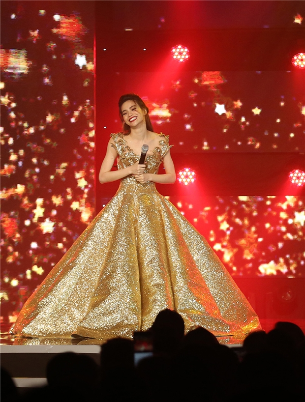 Hồ Ngọc Hà như hóa thân thành nàng công chúa bước ra từ thế giới thần tiên tràn ngập ánh sáng trong chiếc váy bồng xòe của nhà thiết kế Anh Thư. Thiết kế này có giá hơn 100 triệu đồng và nặng khoảng 30 kg.