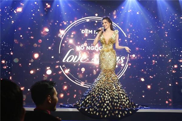 Thiết kế cuối cùng mà Hồ Ngọc Hà diện trong đêm nhạc là một thiết kế của Lý Quí Khánh - người đã đồng hành cùng cô trong suốt khoảng thời gian qua.