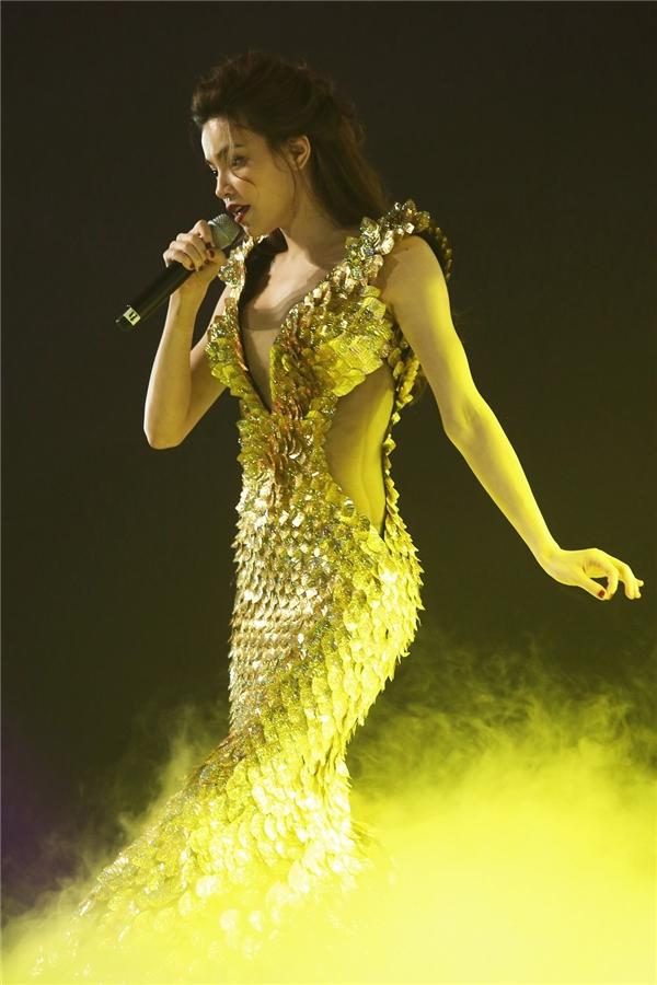 Bộ váy có khối lượng khoảng 15 kg và được Lý Quí Khánh cùng ê-kíp lên ý tưởng, thực hiện trong một khoảng thời gian dài.