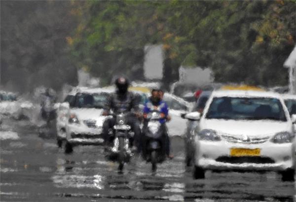 Mặt đường bốc hơi tại Chandigarh do trời nắng nóng vào ngày 20/4. Thời điểm nắng nóng ở Ấn Độ trùng với giai đoạn nhiệt độ toàn cầu đang ở mức cao kỷ lục. Cơ quan quản lý đại dương và khí quyển Mỹ cho biết, nhiệt độ trung bình của tháng 3 trên toàn cầu là 54,9 độ C, khiến đây là tháng nóng nhất trong 11 tháng vừa qua.