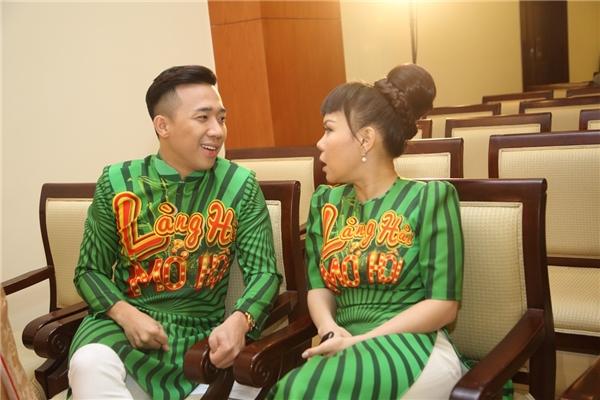 """Dù """"mất tiền"""" nhưng hai nghệ sĩ vẫn rất vui vẻ trò chuyện cùng nhau ở cuối buổi ra mắt. - Tin sao Viet - Tin tuc sao Viet - Scandal sao Viet - Tin tuc cua Sao - Tin cua Sao"""