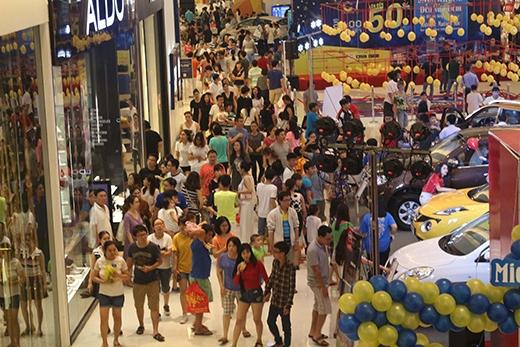 Đây làsự kiện giảm giá khủng nhất trong năm, lại trùng với dịp lễ lớn nên rất nhiều khách hàng tranh thủ đến Crescent Mall tham quan và mua sắm.