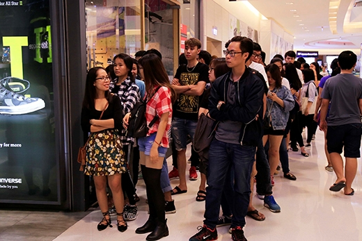 Những hàng dài chờ đến lượt mua hàng tại các shop ở trung tâm.