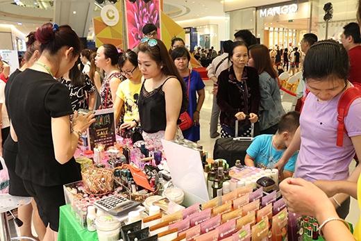 Hơn 50.000 khách mua sắm trong ngày