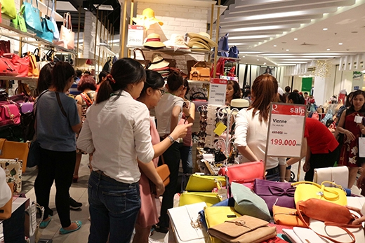 """Các tín đồ mua sắm không bỏ qua cơ hội sắm thả ga hàng """"hiệu"""" với giá trong mơ nên các cửa hàng lúc nào cũng đông nghẹt khách."""