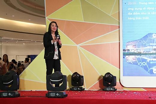 Đại diện của TTTM Crescent Mall trình bày với các nhà bán lẻ và khách hàng về các ưu điểm cùngtính năng nổi bật của Ứng dụng di động Crescent Mall.