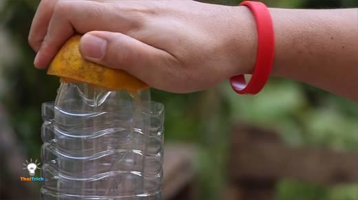Biến hình chai nhựa bỏ đi thành đồ vắt cam cực tiện dụng