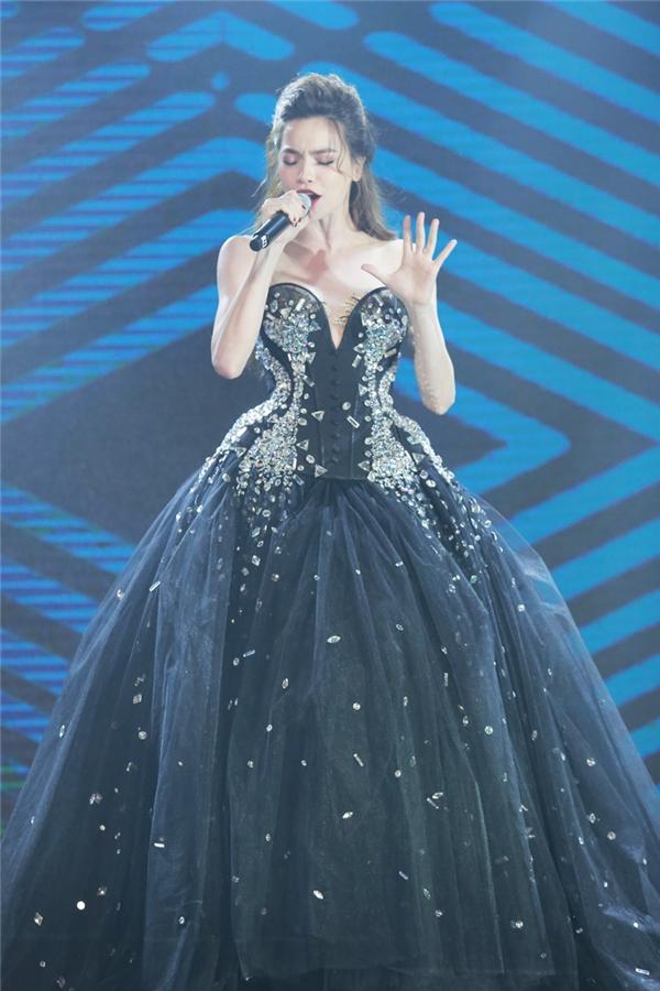 Hồ Ngọc Hà xuất hiện như một quý cô cao sang và đầy quyền lực trong đêm nhạc. - Tin sao Viet - Tin tuc sao Viet - Scandal sao Viet - Tin tuc cua Sao - Tin cua Sao