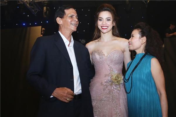 Nữ ca sĩ ngập tràn hạnh phúc trong vòng tay gia đình. - Tin sao Viet - Tin tuc sao Viet - Scandal sao Viet - Tin tuc cua Sao - Tin cua Sao