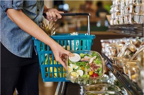 Những hộp salad tươi ngon trong siêu thị luôn hấp dẫn người mua, thế nhưng các bạn nên cẩn thận với chúng (Ảnh minh họa)