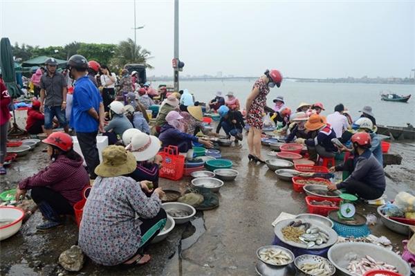 16-17h là lúc chợ Đồng Hới, chợ cá lớn nhất Quảng Bình đông khách nhất, nhưng trong chiều 20/4, cảnh mua bán khá trầm lắng.