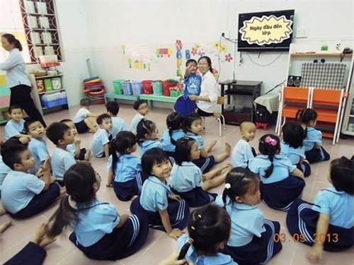 Cà Phê(đứng cạnh cô giáo) và các bạn trong lớp học. - Tin sao Viet - Tin tuc sao Viet - Scandal sao Viet - Tin tuc cua Sao - Tin cua Sao