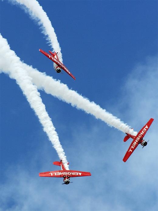 Đối với những loại máy bay viết chữ trên nền trời thì chúng đượctrang bị một loại máy tạo khói đặc biệt.