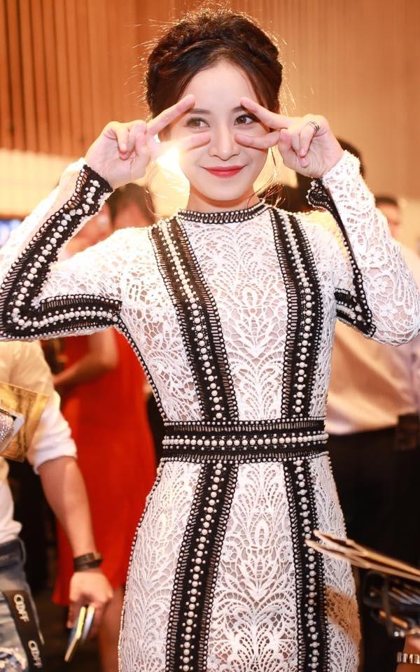 Lựa chọn phong cách trang điểm phù hợp cùng kiểu tóc vấn cao sang trọng, Chi Pu đã thu hút không ít ánh mắt của quan khách tham dự và giới truyền thông. - Tin sao Viet - Tin tuc sao Viet - Scandal sao Viet - Tin tuc cua Sao - Tin cua Sao