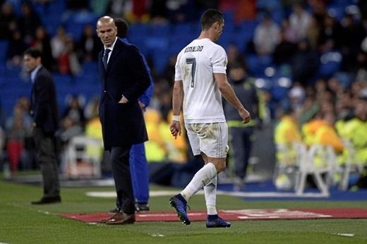 Ronaldo thẳng tiến vào đường hầm và không hề đoái hoài tới Zidane.