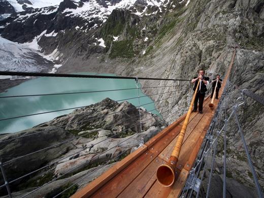 Cầudài khoảng 170m và cao trên 100m so với mực nước mặt hồ Triftsee phía dưới.(Ảnh: Internet)
