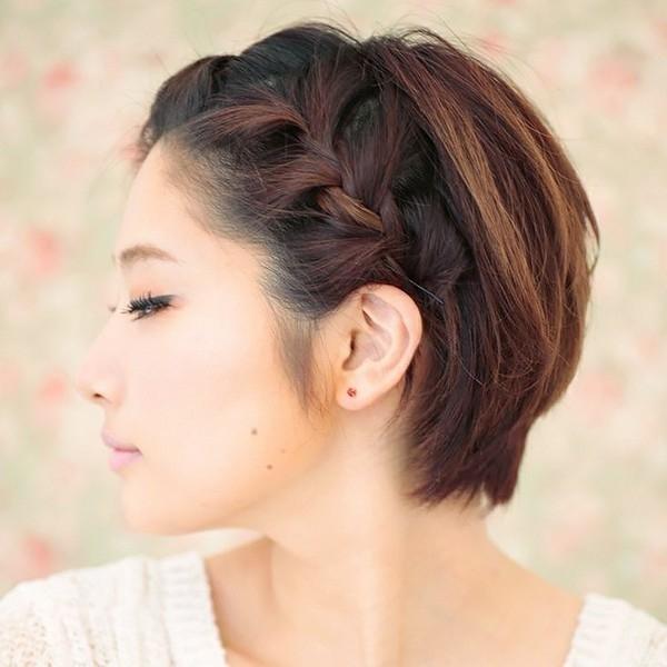 Với mái tóc ngắn, những cách tạo kiểu bất đối xứng khá được ưa chuộng. Chúng dễ dàng giúp bạn tạo được điểm nhấn. Tiêu biểu là cách tết tóc xương cá lọn to này. Ngay cả những cô nàng vụng về nhất vẫn có thể dễ dàng thực hiện.