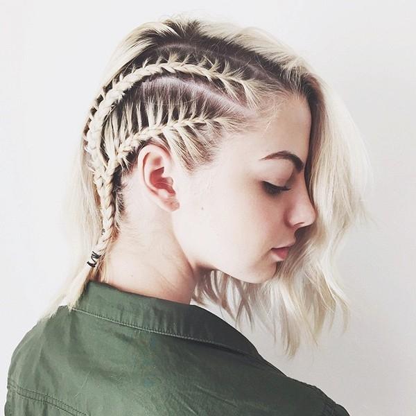 Kiểu tết xương cá sát da đầu lại giúp các cô nàng tóc ngắn trông ấn tượng, cá tính, mạnh mẽ hơn hẳn. Đặc biệt khi tóc nhuộm đang xuống màu ở chân thì kiểu tết này lại càng phát huy tác dụng khi phô diễn được 2 màu sắc riêng biệt.