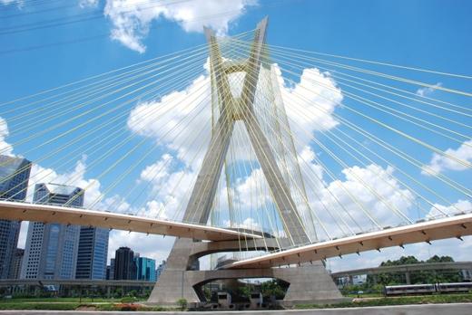 Oliveira nổi tiếng là cây cầu dây văng hình chữ X đầu tiên trên thế giới.(Ảnh: Internet)