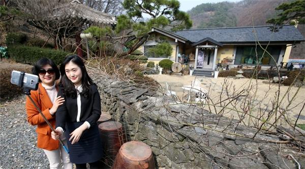 Căn nhàcủa Song Joong Ki ở Deajoon cũng được nhiều fan ghé thăm.