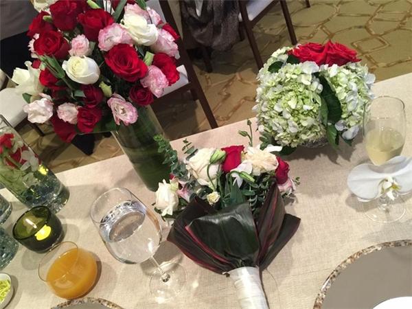 Hình ảnh bàn tiệc cùng rượu và hoa. - Tin sao Viet - Tin tuc sao Viet - Scandal sao Viet - Tin tuc cua Sao - Tin cua Sao