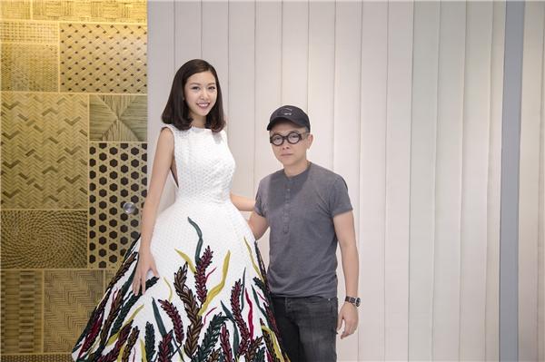 Thúy Vân sẽ diện bộ trang phục mà Kim Nhung từng trình diễn với vai trò vedette tại Nhật Bản. Chính vì thế, khán giả lại càng tò mò hơn về thiết kế vedette cũng như người trình diễn.