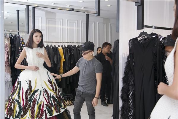 Nhà thiết kế Công Trí đã có sự cân đo kĩ lưỡng để bộ trang phục thật sự vừa vặn với sắc vóc của Thúy Vân.
