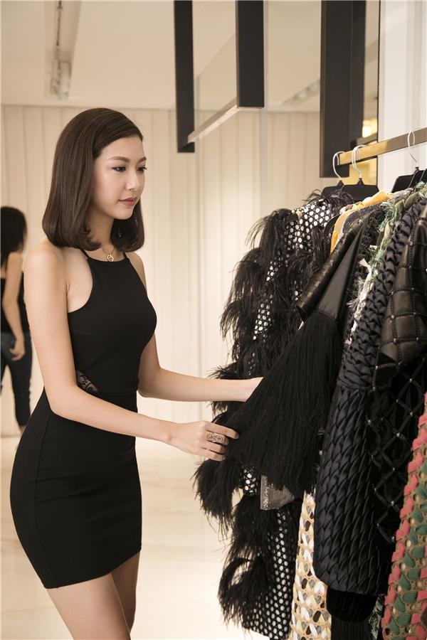 Á hậu Quốc tế 2015 thích thú khi được nhìn ngắm những trang phục nằm trong bộ sưu tập của Công Trí.