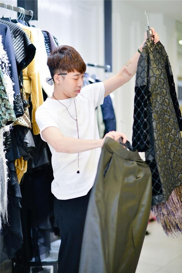 Đồng hành với nhà thiết kế là stylist Hoàng Ku.