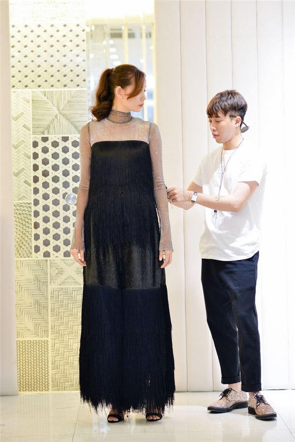 Cả hai cùng chăm chút cho từng người mẫu trong mọi khâu từ khi thử trang phục.