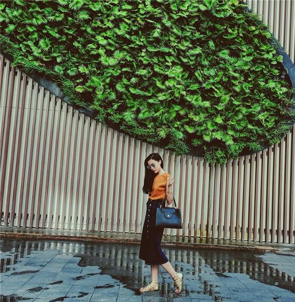 Hoa hậu sinh năm 1996 được công nhận là một tín đồ thời trang rất có gu, phong cách của riêng mình, đồng thời biết cáchchỉnh màu ảnh khá đẹp, hợp xu thế trong số các ngôi sao V-biz hiện nay. - Tin sao Viet - Tin tuc sao Viet - Scandal sao Viet - Tin tuc cua Sao - Tin cua Sao