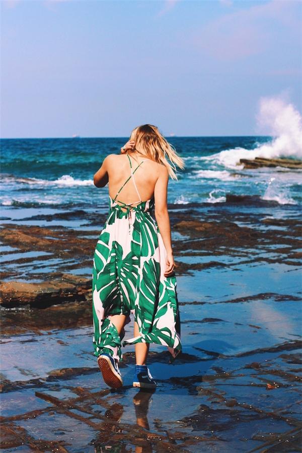 Đến hẹn lại lên, váy maxi sẽ tiếp tục thống trị trong mùa hè năm nay. Bên cạnh chất liệu mỏng, mềm mại, chính phom váy rộng sẽ giúp các cô gái cảm thấy thoải mái hơn khi tham gia các hoạt động vui chơi. Nếu đã chán ngấy cách diện maxi cùng sandal điệu đà thì sneaker cá tính sẽ là sự thay thế hoàn hảo.